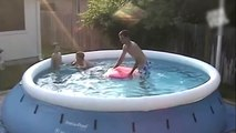 Un papa très intelligent crée des vagues piscine pour leur enfants