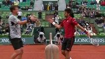 Novak Djokovic et le ramasseur de balles saluent le public pour feter sa victoire à la fin de son match - Roland-Garros 2016