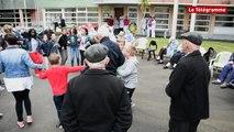 Carhaix. Les frères Morvan chantent pour les écoliers et les personnes âgées