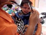 VIDEO 114 25 02 09 Primer corte de pelo de Tomás