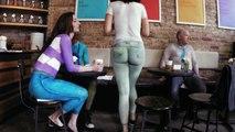 Des clients surpris en entrant dans un café où tout le monde est nu