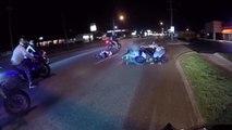 Un motard stunter fait tomber une autre moto