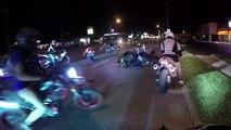 Un motard ivre tombe en faisant l'idiot et fait chuter une fille