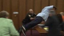 Un père saute à la gorge du meurtrier de sa fille au tribunal