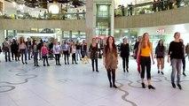 Cette fille s'avance en solo en plein milieu d'un centre commercial, ce qu'elle fera va éblouir tout le monde !
