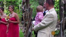 Elle arrive à l'autel avec son papa lors de son mariage mais son papa s'arrête pour tendre le main à un homme. La raison est incroyable !