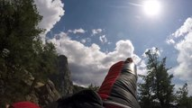 En wingsuit il se fait doubler par un faucon