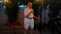 "A 80 ans il chante du metal en Karaoke pendant une soirée !! Drowning Pool ""Bodies""!"