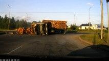 Enorme crash d'un camion qui transporte du bois : virage très mal négocoié