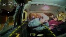 Une grand-mère se prend une brique en plein visage dans un taxi