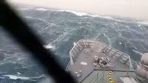 Impressionnant : un bateau militaire lutte contre de terribles vagues