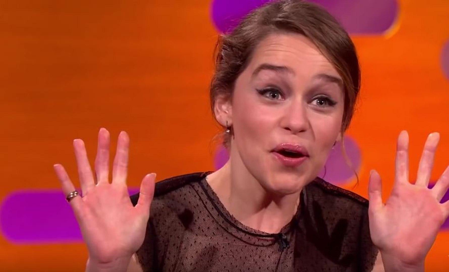 Game Of Thrones : Emilia Clarke regarde ses scènes de nue avec ses parents