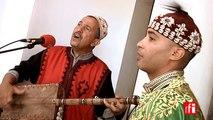 "Le maâlem Abdelslam Alikane Souiri joue ""Bania"" - Festival gnawa d'Essaouira, Maroc"