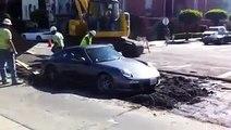 À bord de sa Porsche, il termine sa course dans du ciment frais après avoir mal pris un carrefour