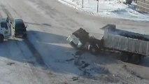 Un camion toupie percute la cabine d'un autre camion..