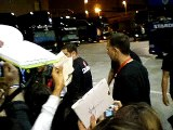Howie saludando a sus fans en Badalona 27/04/2008