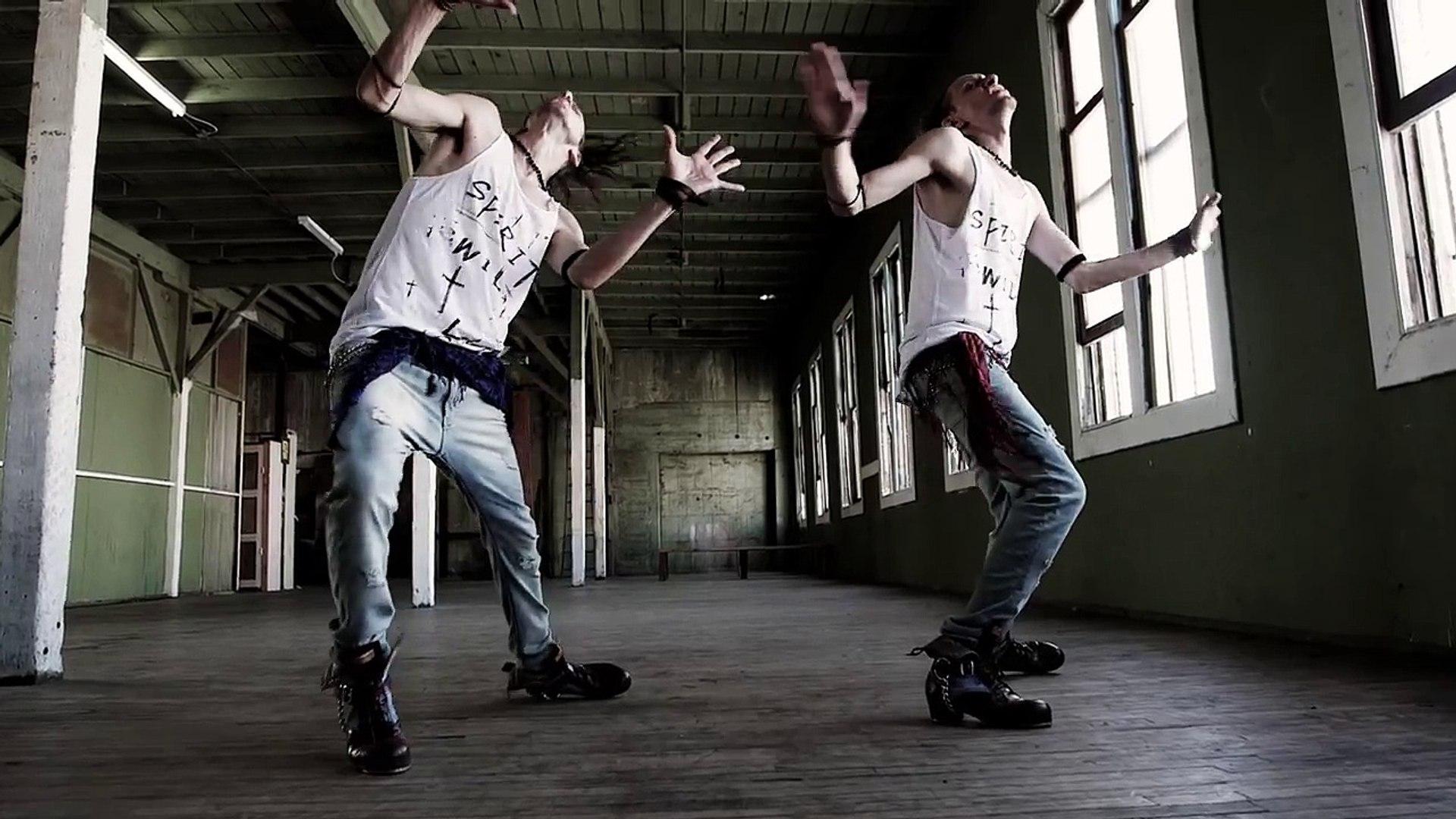 Невозможно отвести взгляд… Эти близнецы просто начали танцевать в пустой комнате. Но когда камера по