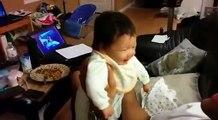 Le papa tient le bébé dans ses bras pendant que la maman filme, mais quand elle voit ça? Elle perd tous ses moyens!