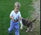 VALENTIN le 22 aout 2009 en AUVERGNE avec deux chats qui mangent AUVERGNE