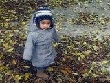 Paula pisando hojas