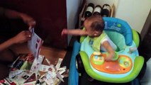 Bébé pleure de rire quand maman déchire des feuilles...