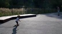 bébé natan skate a 23 mois.skate parc du val d'orge