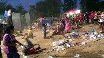 Des gamins dansent dans la boue et les déchets... C'est ça les festivals en Inde???