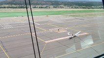 Décolage d'avions dans des mini tornades sur un aéroport