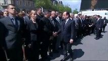 Un police refuse de serrer la main de Hollande et Valls