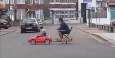 Un enfant ramène son père ivre du pub en le conduisant avec sa voiturette (vidéo)