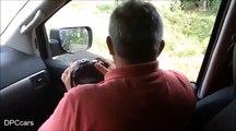 Flippant : un ours ouvre la portière de la voiture de touristes pendant un safari