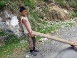 Drole de luge vue sur une route d'Uttarakhand