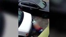 Homme fait l'amour avec une roue de voiture
