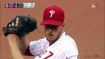 Baseball : assis sur une chaise avec sa fille sur lui, il attrape une balle en plein vol
