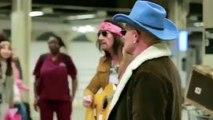 Ces hommes sont drôlement déguisés dans le métro, mais quand ils commencent à se déshabiller…