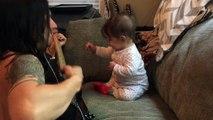 Un adorable bébé danse dès que son papa joue à la guitare