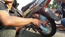 Un bébé se retrouve coincé dans une jante de moto
