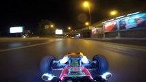 Conduire une voiture télécommandée sur la route de nuit dans les embouteillages