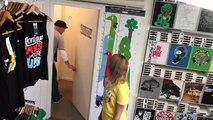 Une cabine d'essayage se transforme en vestiaires de filles, les hommes ont une sacré surprise!