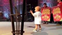 2 ans, il monte sur scène pour embrasser son papa et devient une star !