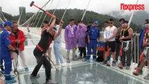 Chine: ils frappent un pont de verre pour tester sa solidité