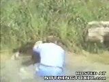 Un homme saute dans un enclos à singes, puis ce qu'il fait à l'un d'entre eux laisse les visiteurs bouche bée!