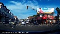 Un piéton inconscient traverse une route sans faire attention au danger !