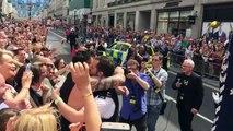Un policier fait un demande en mariage pendant la Gay Pride de Londres