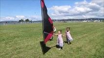 Ces 3 fillettes passent leur après-midi à courir après un cerf-volant!