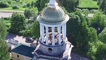 Un couple en pleine action interrompu par un touriste en haut d'un clocher d'église en Russie