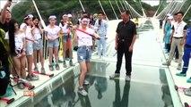 Ils testent un pont en verre à l'aide de masses