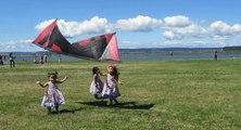 Des fillettes courent derrière un cerf-volant