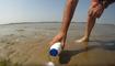Il verse du sel sur le sable d'une plage, ce qu'il en sort est surprenant