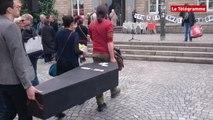 Quimper. Fermeture du Quartier : plus de 300 manifestants devant la mairie